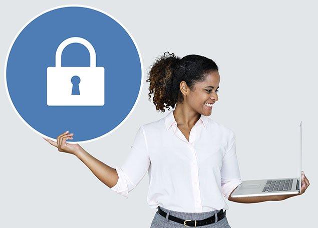femme tenant une vignette avec l'icone d'un cadenas et un ordinateur portable dans l'autre main