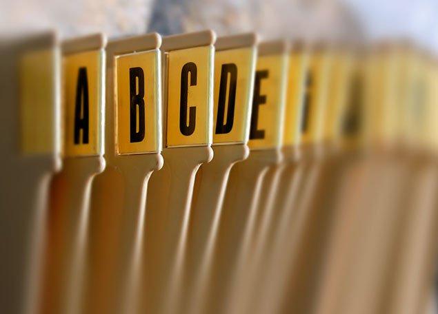 Gros plan sur dossiers de rangement de documents organisés par ordre alphabétique