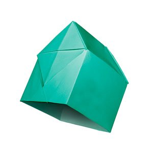 origami turquoise en forme de maison vue de dessous