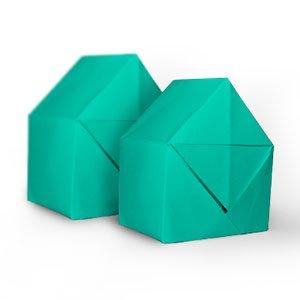 deux origamis turquoise en forme de maison l'une derrière l'autre vue de coté