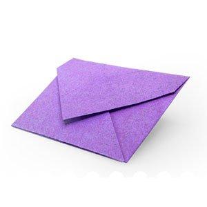 origami violet en forme d'enveloppe